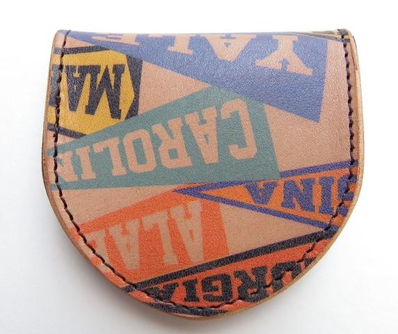 RE.ACT -リアクト- 国内でなめしたタンロー革にヴィンテージペナント柄をプリントしたコインケース 日本製