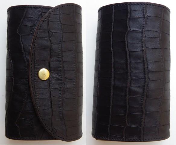RE.ACT -リアクト- 国内でなめしたタンロー革を泥染めしてクロコダイル型押しした3つ折りミドルウォレット 日本製